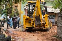 Dokumentär redaktörs- bild gul bulldozer, traktor med en hink som är klar att arbeta, med att hålla ögonen på för folk Royaltyfri Foto