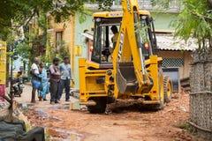 Dokumentär redaktörs- bild gul bulldozer, traktor med en hink som är klar att arbeta, med att hålla ögonen på för folk Royaltyfria Foton