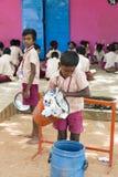Dokumentär redaktörs- bild Lyckliga ungar med skolalikformig spelar i skolan royaltyfri bild