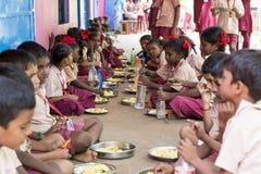 Dokumentär redaktörs- bild Oidentifierade barn har deras lunch på kantin royaltyfri fotografi