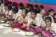 Dokumentär redaktörs- bild Oidentifierade barn har deras lunch på kantin arkivfoton