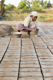 Dokumentär redaktörs- hand - gjorda tegelstenar i Indien Royaltyfri Foto