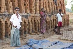 Dokumentär redaktörs- hand - gjorda tegelstenar i Indien Arkivfoton