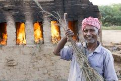Dokumentär redaktörs- hand - gjorda tegelstenar i Indien Arkivfoto