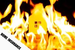 Dokument av HEM- FÖRSÄKRING med det brinnande huset på tillbaka removeable formuleringar med urklippbanan royaltyfri bild