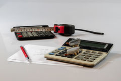 Dokument, beräkningar, räknemaskiner, räknemaskin och penna och penna Arkivbild