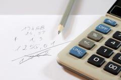 Dokument, beräkningar, räknemaskiner, räknemaskin och penna och penna Fotografering för Bildbyråer