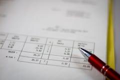 Dokument, beräkningar, räknemaskiner, räknemaskin och penna och penna Arkivfoton