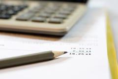 Dokument, beräkningar, räknemaskiner, räknemaskin och penna och penna arkivfoto