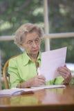 dokument czytelnicza starsza kobieta obraz stock