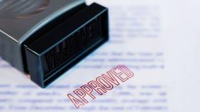 Dokument, dem gedruckt auf genehmigt im großen diagonalen roten Text und im Stempel gestempelt worden ist, Geschäftskreditkonzept stockbilder