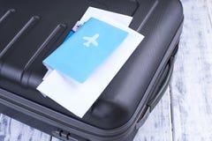 Dokument för flyget och passet, resväska Tur på semester kopiera avstånd arkivfoto