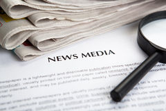 Dokument med titeln av nyhetsmedia arkivbild