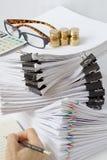 Dokument mit Klippplatz überlagerte Schreibarbeit mit bunter Papierklammer Stockfotografie