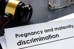 Dokument om havandeskap- och moderskapdiskriminering royaltyfria bilder