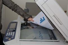 Dokument på arbete på en kopieringsmaskin Arkivfoto