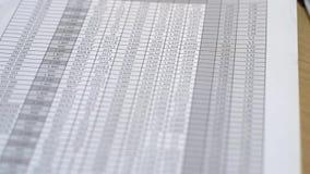 Dokument räkneark med massor av nummer i svart mapp lager videofilmer