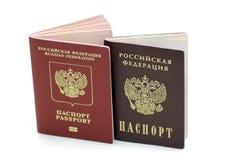 Dokument som bekräftar deras identitet. Pass av den från den ryska federationen medborgaren och passet av en medborgare av Rysslan royaltyfria foton