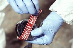 Dokumentacja podejrzany papierosowy krupon technikiem w terenie zdjęcie royalty free