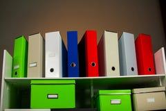 Dokumentacja stojak z pudełkami obraz stock