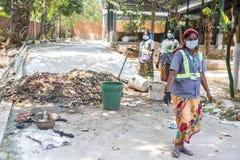Dokumentalny artykuł wstępny PUDUCHERY, PONDICHERY, tamil nadu INDIA, Marzec około, -, 2018 Indiańskie kobiety sortują odpady w ś zdjęcia stock