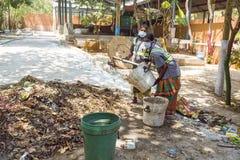 Dokumentalny artykuł wstępny PUDUCHERY, PONDICHERY, tamil nadu INDIA, Marzec około, -, 2018 Indiańskie kobiety sortują odpady w ś zdjęcie stock