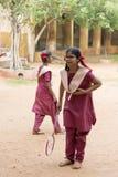 Dokumentalny Redakcyjny wizerunek Aktywna indyjska preschool dziewczyna, chłopiec bawić się badminton w plenerowym sądzie w lecie Obraz Stock