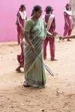 Dokumentalny Redakcyjny wizerunek Aktywna indyjska preschool dziewczyna, chłopiec bawić się badminton w plenerowym sądzie w lecie Zdjęcie Royalty Free
