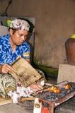 Dokumentalny Redakcyjny wizerunek Balijczyka mężczyzna ccok wieprzowiny mięsa kotlecik Na grilla grillu Zdjęcia Stock