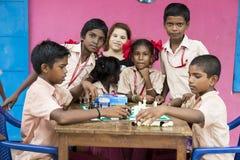 Dokumentalny Redakcyjny wizerunek Dzieci bawić się szachy przy stołem pojęcie dzieciństwo, gry planszowa i móżdżkowy rozwój, i Fotografia Royalty Free