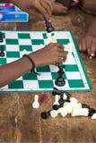 Dokumentalny Redakcyjny wizerunek Dzieci bawić się szachy przy stołem pojęcie dzieciństwo, gry planszowa i móżdżkowy rozwój, i Zdjęcie Stock