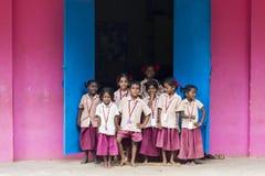 Dokumentalny Redakcyjny wizerunek Dziecko w wieku szkolnym za okno fotografia royalty free