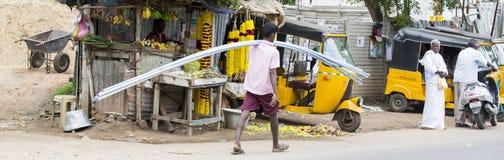 Dokumentalny Redakcyjny wizerunek Mężczyzna niezidentyfikowani spacery z klingerytem rurują dla budowy na jego schoulder Zdjęcie Stock