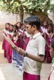 Dokumentalny Redakcyjny wizerunek Młody człowiek z mundurem czyta gazetę w szkole Fotografia Royalty Free