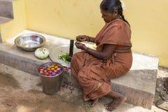 Dokumentalny Redakcyjny wizerunek Niezidentyfikowana Indiańska kobiety kuchenka w ulicie Obrazy Royalty Free