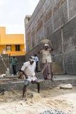 Dokumentalny Redakcyjny wizerunek Niezidentyfikowanej budowy indyjscy pracownicy pracują przy budowa domu miejscem Obraz Stock