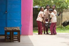 Dokumentalny Redakcyjny wizerunek Niezidentyfikowani dzieci przynoszą talerza dla lunchu czasu Fotografia Royalty Free