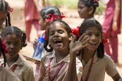 Dokumentalny Redakcyjny wizerunek Niezidentyfikowany dziecko dziewczyn ono uśmiecha się Fotografia Stock