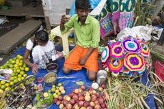 Dokumentalny Redakcyjny wizerunek Niezidentyfikowany indianin przy jego owoc i warzywo sklepem w małym wioska rynku w tamil nadu Zdjęcia Stock