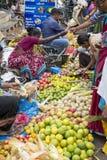 Dokumentalny Redakcyjny wizerunek Niezidentyfikowany indianin przy jego owoc i warzywo sklepem w małym wioska rynku w tamil nadu Obraz Stock