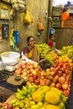 Dokumentalny Redakcyjny wizerunek Niezidentyfikowany indianin przy jego owoc i warzywo sklepem w małym wioska rynku w tamil nadu Obrazy Royalty Free