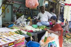 Dokumentalny Redakcyjny wizerunek Niezidentyfikowany indianin przy jego owoc i warzywo sklepem w małym wioska rynku w tamil nadu Obrazy Stock