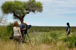 Dokumentarfilmmannschaft, Kameramann, Fotograf und Schauspielerin Stockfotos
