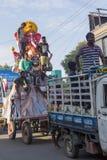 Dokumentarisches redaktionelles Bild Eifrige Anhänger holen Loard Ganesha von der Werkstatt für Prozession mit großen Mengen währ Stockfotos