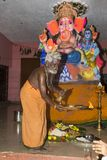 Dokumentarisches redaktionelles Bild Eifrige Anhänger um ganesha Statue FO das Festival Stockbild
