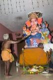 Dokumentarisches redaktionelles Bild Eifrige Anhänger um ganesha Statue FO das Festival Stockbilder