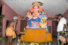 Dokumentarisches redaktionelles Bild Eifrige Anhänger um ganesha Statue FO das Festival Lizenzfreie Stockbilder