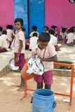 Dokumentarisches redaktionelles Bild Glückliche Kinder mit Schuluniformen spielen in der Schule lizenzfreies stockbild