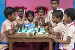 Dokumentarisches redaktionelles Bild Kinder, die Schach am Tisch spielen das Konzept der Kindheit und der Brettspiele, der Gehirn Stockbilder