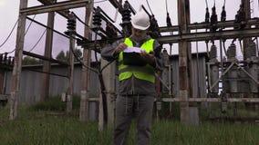 Dokumentation för elektrikerteknikerkontroll på avdelningskontoret arkivfilmer